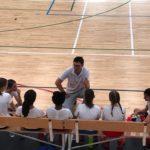 Una imagen de concentración y atención al entrenador en el infantil femenino